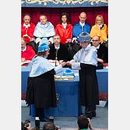 La madrina entrega al Excmo. Sr. D. Iñaki Gabilondo el anillo, uno de los atributos del doctorado honoris causa