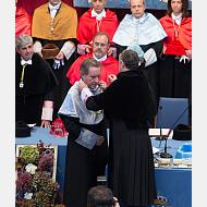El rector impone la medalla y entrega el diploma al Excmo. Sr. D. Iñaki Gabilondo