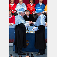 El padrino entrega al Excmo. Sr. D. Mario Vargas Llosa el anillo, uno de los atributos del doctorado honoris causa