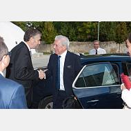 El rector, Dr. Manuel Pérez Mateos, recibe al Excmo. Sr. D. Mario Vargas Llosa