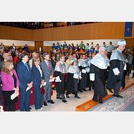 El Excmo. Sr. D. Mario Vargas Llosa y el Excmo. Sr. D. Iñaki Gabilondo acompañados de sus padrinos acceden al estrado.