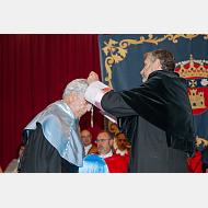 El rector impone la medalla y entrega el diploma al Excmo. Sr. D. Mario Vargas Llosa
