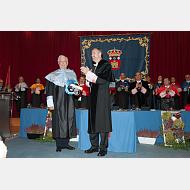 Caluroso aplauso para recibir en el Claustro de la Universidad de Burgos al Excmo. Sr. D. Mario Vargas Llosa