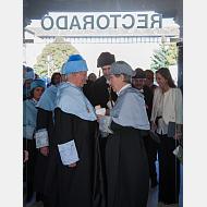 Charla distendida, una vez finalizado el solemne acto académico, en las puertas de Rectorado
