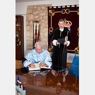 El Excmo. Sr. D. Mario Vargas Llosa firma en el libro de honor