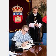El Excmo. Sr. D. Iñaki Gabilondo firma en el libro de honor