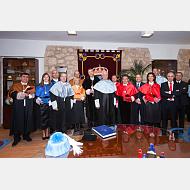 El equipo de dirección e invitados en una foto de familia junto a los nuevos doctores honoris causa