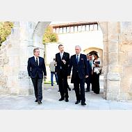 Junto con el rector se dirigen hacía Rectorado donde tendrá lugar el revestimiento