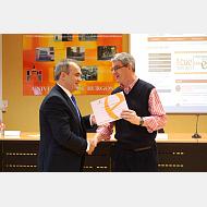 002Diseño de prótesis progresiva autoportante para afectados de acondroplasia. Recibe el premio Justo Ruiz Calvo en nombre de Da