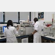 Alumnos de TFG en Cromatógrafo de gases-masas