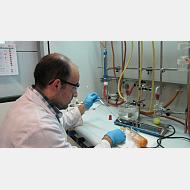 Investigador sintetizando productos inorgánicos en campana de extracción