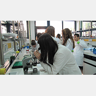 Mirando por microscopio en prácticas. Lab. de bioquímica y biología molecular