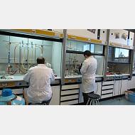 Operación en campanas extractoras. Síntesis en lab. de Investigación en Química Inorgánica