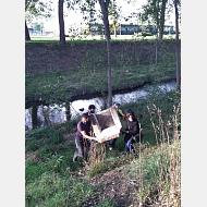 Voluntariado ambiental 08-10-2020 Foto de personas sacando un sofá de la orilla del río
