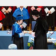 El rector le impone la medalla y le entrega el diploma a la doctora Margarita Salas Falgueras