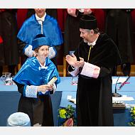 Ovación a la nueva doctora honoris causa por la Universidad de Burgos