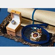 Medalla, anillo y diploma, atributos que se entregan a la doctora honoris causa