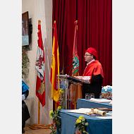 El secretario general lee el Acuerdo del Consejo de Gobierno por el que se otorga el Doctorado honoris causa