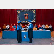 La madrina entrega el libro abierto a la doctora Margarita Salas Falgueras