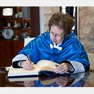 La doctora Margarita Salas Falgueras firmando en el libro de honor de la Universidad de Burgos
