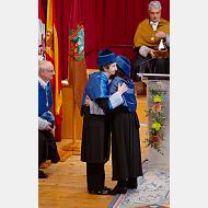 La madrina abraza a la doctora Margarita Salas Falgueras
