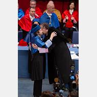 La doctora Margarita Salas Falgueras recibe los abrazos del ritual doctor honoris causa