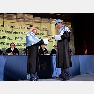 El padrino entrega los atributos al nuevo doctor honoris causa por la Universidad de Burgos