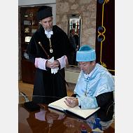 El Excmo. Sr. Juan José Laborda firma en el Libro de Honor de la Universidad de Burgos
