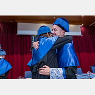 El doctor honoris causa recibe los abrazos como dicta el ceremonial