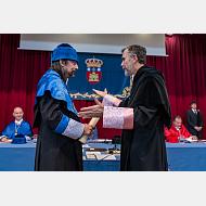 El rector hace entrega del diploma al doctor García Sastre