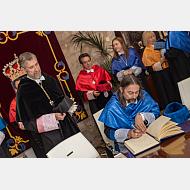 El doctor Adolfo García Sastre firma en el Libro de Honor