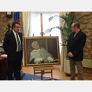El rector Murillo junto con el pintor Alejandro Cabeza posan junto al retrato de Mario Vargas Llosa donado a la Universidad.