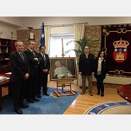 El vicerrector de estudiantes, el secretario general, el rector Murillo posan junto con el pintor Alejandro Cabeza y su Señora.