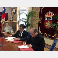 El rector Murillo y el pintor Alejandro Cabeza firman el contrato de donación.