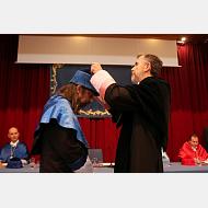 El rector impone la medalla al doctor García Sastre
