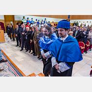 El padrino acompaña al doctor honoris causa a entrar en el Aula Magna