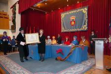 El Rector hace entrega del diploma a la Sra. Marcelle Parmentier. Viuda del Dr. Félix Rodríguez de la Fuente